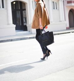 Simple and Chic. I'd reealllly like to have that Celine tote. Casual Chic, Fashion Moda, Womens Fashion, Eat Sleep Wear, Autumn Winter Fashion, Winter Wear, Winter Style, Fashion Outfits, Fashion Trends