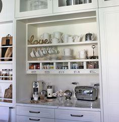 organizar suppuesta estanteria Small Kitchen Diner, Kitchen Reno, Kitchen Cabinets, Casa Decor 2016, Coffee Bar Design, Coffee Corner, Butler Pantry, Kitchen Collection, Mudroom