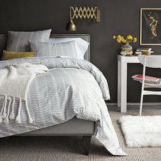Nada mais gostoso do que sair da cama e pisar no tapete. Deixe o quarto aconchegante, colocando um tapete no pé da cama. Mas lembre-se: passe aspirador pelo menos uma vez por semana para mantê-lo longe do pó.