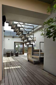 Riqualificazione di un attico romano Westway Architects, scala esterna in acciaio verniciato