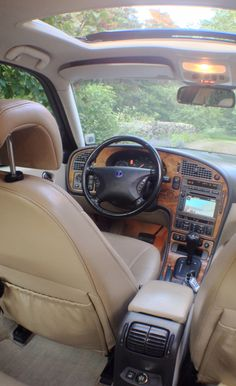 SAAB 9-5 Aero (-00) interior: sunroof, heated seats front and back, ventilated front seats, beige leather, light wood panel, automatic, GPS, Am. market rear mirror with built in compass etc.