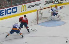 Toto ešte v NHL nevideli: všetci už mali ruky hore, ale bol tam Halák Nasa, Basketball Court