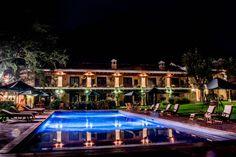 Esta es una de las vistas que puedes tener al quedarte en nuestro Hotel.  RESERVACIONES 77280800  #fincafiladelfia #boutiquehotel #luxury #guatemala #antigua #naturelovers #nightphoto #swimmingpool