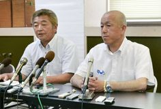 Local fisheries cooperative executives Shuichi Matsumoto (left) and Yoshifumi Kai speak to the media during a news conference on Wednesday in Taiji, Wakayama Prefecture, about their plan to continue dolphin hunting.