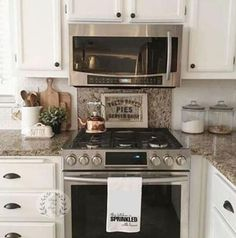 100 Elegant White Kitchen Cabinets Decor Ideas For Farmhouse Style Design. Kitchen cabinetry is not just for storage. It is an essential element to your kitchen's style when doing a kitchen remodel. Kitchen Countertop Decor, White Kitchen Cabinets, Farmhouse Kitchen Decor, Home Decor Kitchen, New Kitchen, Home Kitchens, Farmhouse Style, Kitchen Ideas, Kitchen Knobs