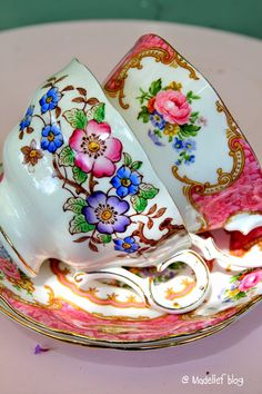 The beauty of porcelains Pause Café, China Tea Cups, Tea Art, My Cup Of Tea, Chocolate Pots, Tea Cup Saucer, High Tea, Afternoon Tea, Tea Time