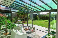 Lumineuse et agréable à vivre, la véranda ouvre l'espace habitable sur la nature. Véranda Architekt Rideau.