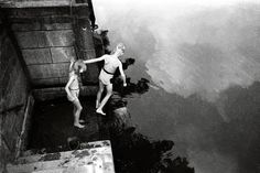 Ein beliebtes Motiv Newmans: spielende Kinder, wie diese beiden hier an der Spree aus dem Jahr 1945 oder 1946. Auf vielen seiner Bilder strahlen die Berliner Optimismus für die Zukunft aus. Noch deutlicher zu sehen ist das... Foto: Cecil F. S. Newman © Stadtmuseum Berlin