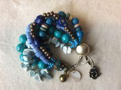 Bracelete Tons de Azul - madrepérolas, pedra sabão, turquesa, pedras brasileiras e madeira.