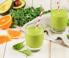 Börja dagen med en skön, grön och mättande smoothie. Basen består av frisk och fräsch apelsinjuice som mixas med grönkål, babyspenat, banan, avokado, honung och isbitar. Servera gärna med sugrör för en extra lyxig känsla.