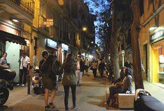 Bcn. Barrio Gracia / gente y más movimiento cuando llega la noche.