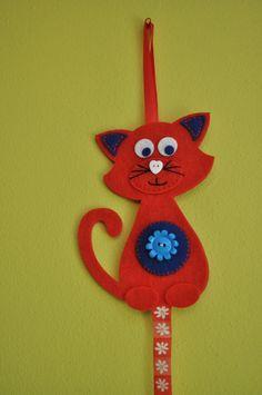 """Sponkovníček """"KOČIČKA"""" Sponkovníček Kočička je vyroben z pevného filcu. Ručně šitý + lepený. Ozdoben knoflíčky, má i poutko na zavěšení čelenky. Délka stuhy je: 48 cm. (na přání mohu vyrobit i v jiných barvách) :-))"""