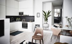 Un pequeño apartamento lleno de luz, orden, pocas tonalidades y mucho encanto