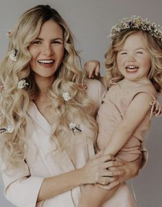 Same colour tones and baby's breath to add the floral element // Amber Fillerup, Barefoot Blonde. Mom And Baby Outfits, Family Outfits, Kids Outfits, Mother Daughter Poses, Mother Daughter Photography, Studio Family Portraits, Amber Fillerup, Diane Arbus, Barefoot Blonde