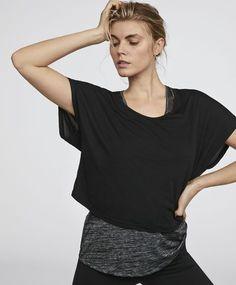 Doppellagiges T-Shirt, 25.99€ - Zweiteiliges T-Shirt. Inneres Träger-Shirt und kurzes äußeres Shirt. Maße des Kleidungsstücks: Gesamtlänge vom Übergang Kragen-Schulter: 54 cm und Brustbreite: 56 cm. Diese Maße sind für eine spanische Konfektionsgröße M berechnet. - Modetrends des Herbst/Winter 2017 für Damen bei Oysho Online.