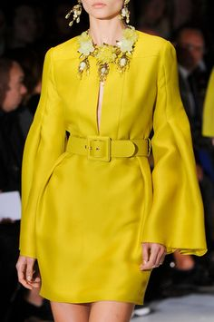 "Gucci Spring 2013 -MB- Usually, haute couture is just weird and I think, ""I could never wear that"", but this I would wear in a heartbeat. Yellow Fashion, I Love Fashion, Fashion Details, Passion For Fashion, High Fashion, Fashion Design, Moda Fashion, Runway Fashion, Womens Fashion"