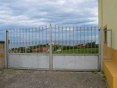 portón en acero galvanizado de doble hoja http://www.tallereslobon.com/