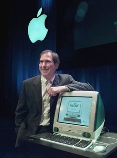 1998 - Steve Jobs of Apple Computers unveils the the new iMac computer in Cupertino Calif. (AP Photo/Paul Sakuma File) 1998 - Steve Jobs of Apple Computers unveils the the new iMac computer in Cupertino Calif. Steve Wozniak, Apple Tv, Ipod, Alter Computer, Steve Jobs Apple, Mac Laptop, Apple Products, Computer Science, Software