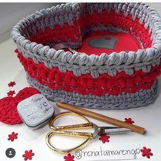 """Algumas """"crocheteiramigas"""" passam dos limites com tanto capricho! @renatamarengo umas das minhas primeiras clientes, minha amiga e mega caprichosa! Vai além amei! . . #Trapilho #fiosdemalha #fiodemalha #crochetaddict #handmade #handmadewithlove #totora #alfombra #shirtyarn #feitocomamor #decor #knit #knitting #rugs #croche #crochet #artecomfiosdemalha #artesanato #feitoamao #vendofiosdemalha #organizadores #fiosecologicos #quartodemenina #cestofiodemalha #fiosdemalha #feitoamao"""