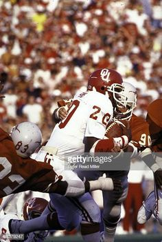Oklahoma Billy Sims in action, rushing vs Texas. Dallas, TX Get premium, high resolution news photos at Getty Images Semi Pro Football, Ou Football, Barry Switzer, Collage Football, Oklahoma Sooners Football, College Games, Fly Guy, Boomer Sooner, University Of Oklahoma