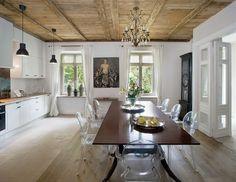Wokół klasycznego stołu Ewa ustawiła krzesła Ghost Philipe'a Starcka. Witryny firmy Eichholtz sa ze sklepu Casa Mia
