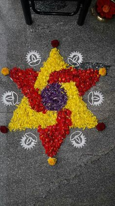 Maybe ending up with a tornado(spiral) of both coloured flowers in between Rangoli Designs Flower, Rangoli Patterns, Rangoli Ideas, Rangoli Designs Diwali, Diwali Rangoli, Flower Rangoli, Beautiful Rangoli Designs, Flower Designs, Rangoli With Flowers