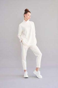 Damen Shirts, Kleider, Hosen und hochwertige Sweatshirtstyles in trendigen Schnitten - lässig, feminin mit dem Gewissen extra. Jetzt bei sego entdeck… Casual Styles, Overall, Neue Trends, Outfit, Normcore, Sweatshirt, Design, Fashion, New Fashion Trends