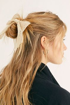 Blonde Hair Color Ideas For Summer Discover Chan Luu Bow Barrette Chan Luu Bow Barrette at Free People Beige One Size Down Curly Hairstyles, Frontal Hairstyles, African Hairstyles, Braided Hairstyles, Pageant Hairstyles, Black Hairstyles, Girl Hairstyles, Blonde Balayage, Blonde Highlights