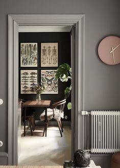 Stylish and cozy home with dark walls - via Coco Lapine Design blog #homeinteriordesigncozy