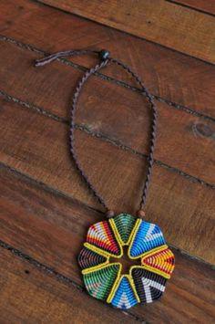 collar  triángulos de colores  hilo encerado macramé
