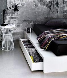 chambre avec rangement sous le lit
