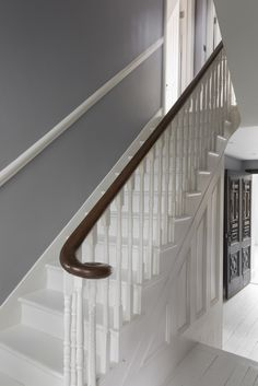 14 Fabulous Rustic Chic Bedroom Design and Decor Ideas to Make Your Space Special - The Trending House Victorian Terrace Hallway, Victorian Stairs, Victorian Bedroom, Victorian Homes, Modern Victorian, Stair Bannister Ideas, Banisters, Stair Risers, Barn Bedrooms