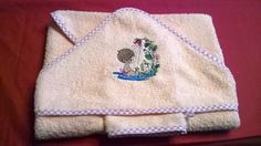 Confectionné en tissu éponge saumon 80 x 80, de très bonne qualité ornée d'une broderie à la machine représentant un charmante petite fillette à la balançoire, bordé d'un - 18972888