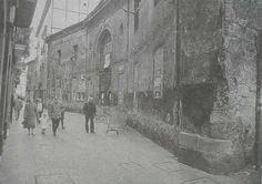 """La burrería, Iturribe 3, edifício del siglo XVIII. El edificio se construyó con el objetivo de ser una alhóndiga de vinos. Durante un tiempo fue carbonera. Después pasó a ser un edificio donde se alquilaban burros, de ahí el cariñoso apodo al edificio, """"La Burrería"""". Hoy es el museo de pasos de Bilbao."""