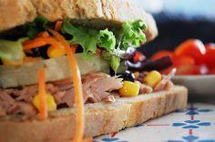 SANDWICH ROCK - Uma sandes completa e colorida, bem recheada para apreciadores de sabores frescos...  Pão alentejano, atum, alface e cenoura ripada, milho e tomate, rodela de ananás e azeitonas pretas...