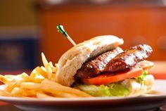 CHIVITO URUGUAYO - Para los que no pueden dejar de comer una deliciosa hamburguesa, es momento de que le den la oportunidad a esta variante del pueblo uruguayo. Los ingredientes como el pan y los acompañantes (cebolla, jitomate, queso y tocino) se conservan, pero cambiará drásticamente su sabor con el huevo y el jamón. No dudes en probarlo.