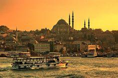 المدينة المتسعة للصلوات والقبلات، عمرها الطويل جداً أفرز تنوعاً ثقافياً وتعايشاً مثيراً للإعجاب: إسطنبول التي لم يُخلق مثلها في البلاد..! http://khazn.com/%d8%a7%d9%84%d9%85%d8%af%d9%8a%d9%86%d8%a9-%d8%a7%d9%84%d9%85%d8%aa%d8%b3%d8%b9%d8%a9-%d9%84%d9%84%d8%b5%d9%84%d9%88%d8%a7%d8%aa-%d9%88%d8%a7%d9%84%d9%82%d8%a8%d9%84%d8%a7%d8%aa%d8%8c-%d8%b9%d9%85/