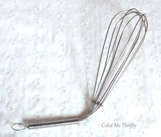 It's easy to create fun flower accents for your gardens using something as simple as a wire kitchen whisk. I often see see these plain wire handled whisks at… How To Make Gingerbread, Paint Stir Sticks, Wire Whisk, Diy Laptop, Diy Storage Bench, Hanging Jewelry Organizer, Macrame Projects, Diy Photo, Repurposed