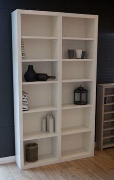mooie boekenkast van massief hout