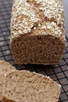 No want for a bread machine to make this wholesome, low-calorie oatmeal bread. A great bread for ath Cooking Bread, Bread Baking, Naan, Healthy Protein Breakfast, Good Food, Yummy Food, Diet And Nutrition, Cake Cookies, Brownie Cookies