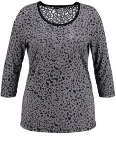 De glinsterende sterren van talloze stenen geven dit shirt zijn unieke karakter en wordt de trendy combi hit. Klassiek gesneden met ronde hals en 3/4 ...