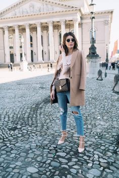 STREETSTYLE: Louis Vuitton Pochette Métis, Ripped Jeans  und Statement Sleeves <3