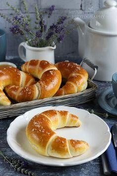 Az egyik kedvenc süteményes könyvemben  akadtam egy Hajtott vajas zsömle receptre. Naná, hogy átvariáltam. ;) ... Hungarian Desserts, Hungarian Recipes, Baking And Pastry, Bread Baking, Breakfast Diner, Homemade Croissants, Salty Snacks, Bread And Pastries, Fun Desserts