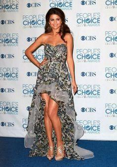 selena gomez con un vestido asimetrico con estampado de leopardo  gus@