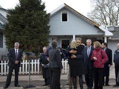 15-nov-12 - Obama visita NY e consola vítimas da tempestade Sandy. Foto AP.