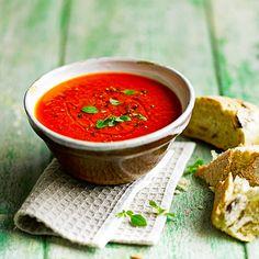 Verwarm de oven voor op 180 oC. Leg de paprika's op een bakplaat. Spreid de tomaten, ui en knoflooktenen met olijfolie uit over een andere bakplaat en leg er alufolie over. Schuif beide bakplaten in de oven. Wacht tot de paprika's na 40 minuten zijn...