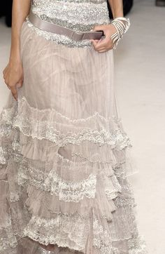 http://www.livingly.com/runway/Chanel/Couture Spring 2004/Details/_VRT28YxbYk