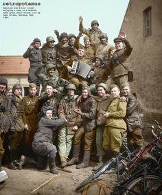 Soldados estadounidenses y soviéticos celebran cerca de Griebo, Alemania, 1945.