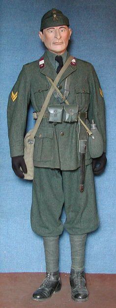 """Regio Esercito Italiano. Sergente. 277° Reggimento Fanteria. Divisione """"Vicenza"""". Uniforme di marcia. ARM.I.R. (Armata Italiana in Russia). Seconda Guerra Mondiale."""