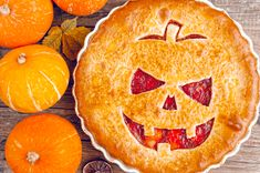 Delicious homemade pie for halloween with a filling of pumpkin-strawberry jam and peaches Halloween Desserts, Plat Halloween, Halloween Torte, Fete Halloween, Spooky Halloween, Halloween Treats, Halloween Pumpkins, Happy Halloween, Dessert Party